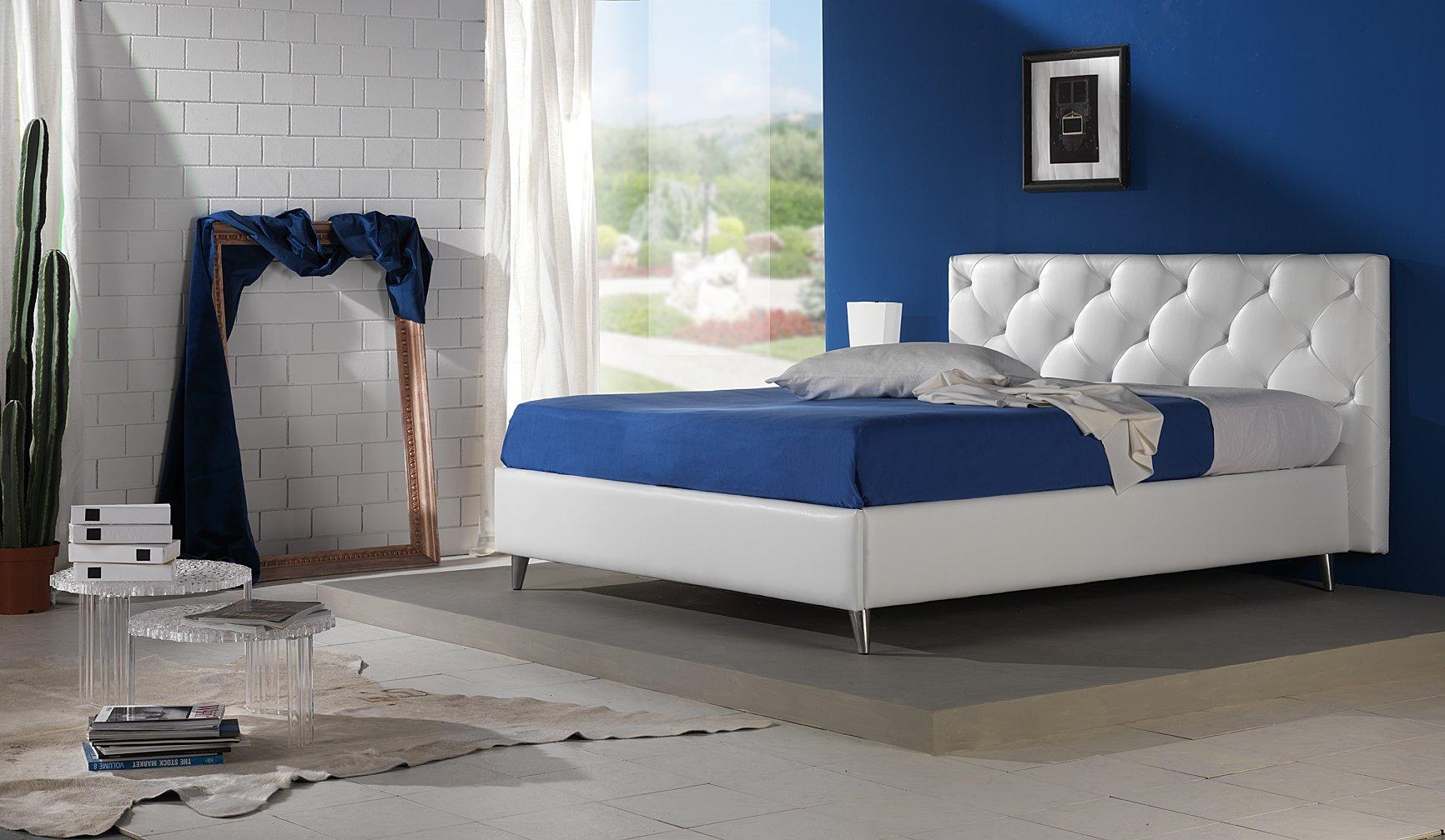 letto con incasso bianco e coperta blu