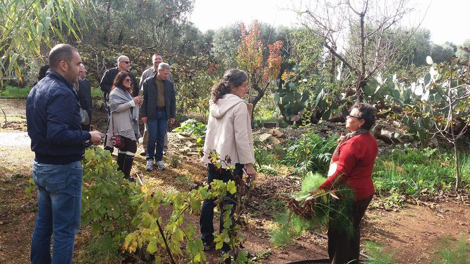 delle persone che parlano in un giardino con delle piante