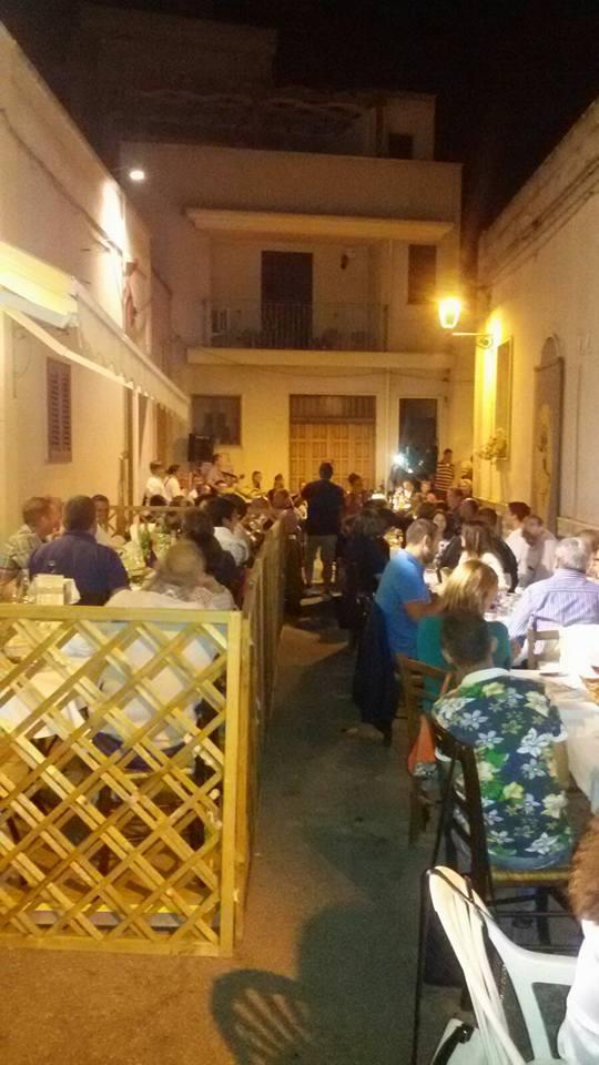 delle persone sedute ai tavoli all'esterno de La Locanda Di Nonna Mena