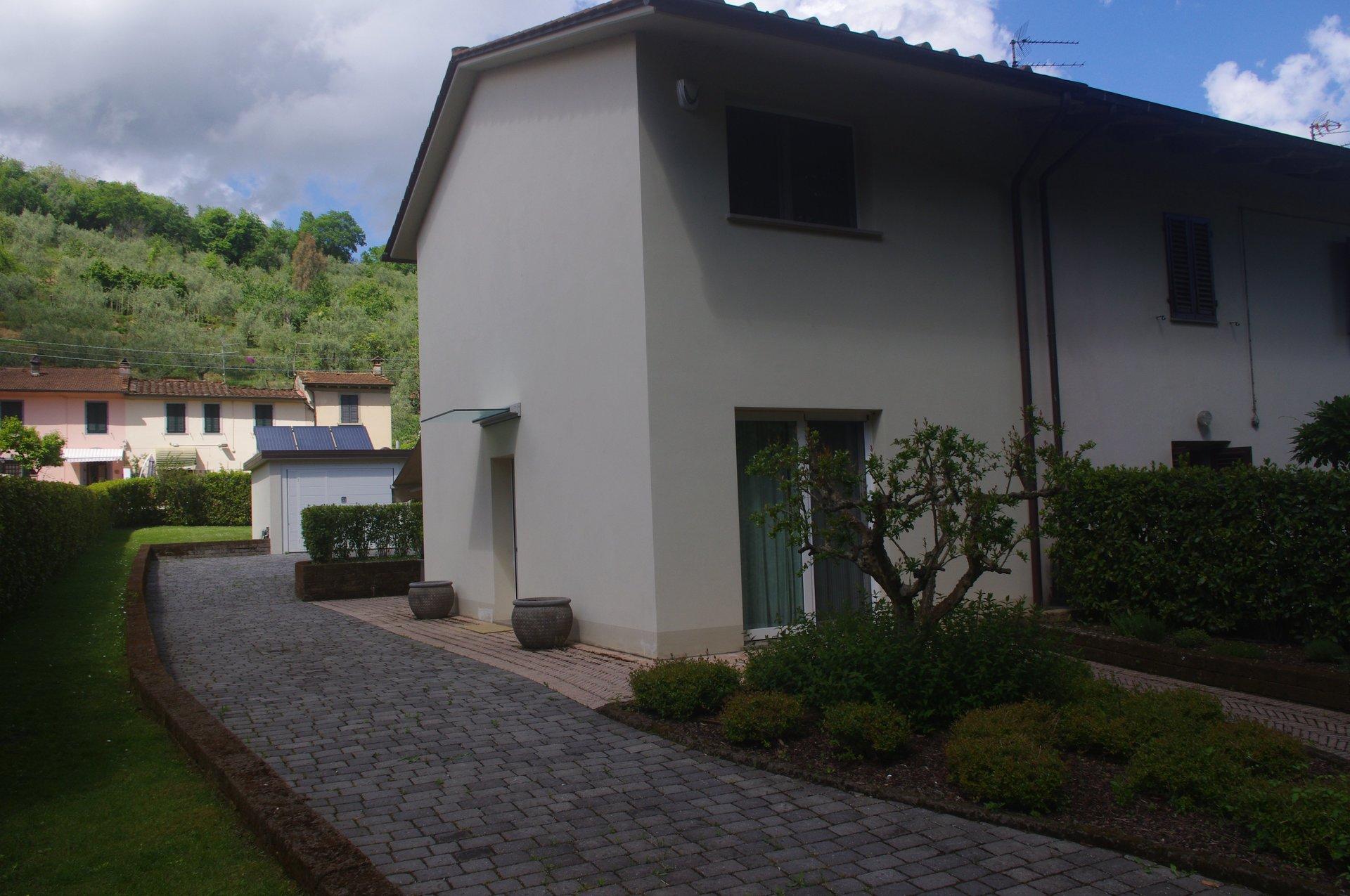 una villa con un pavimento in asfalto intorno