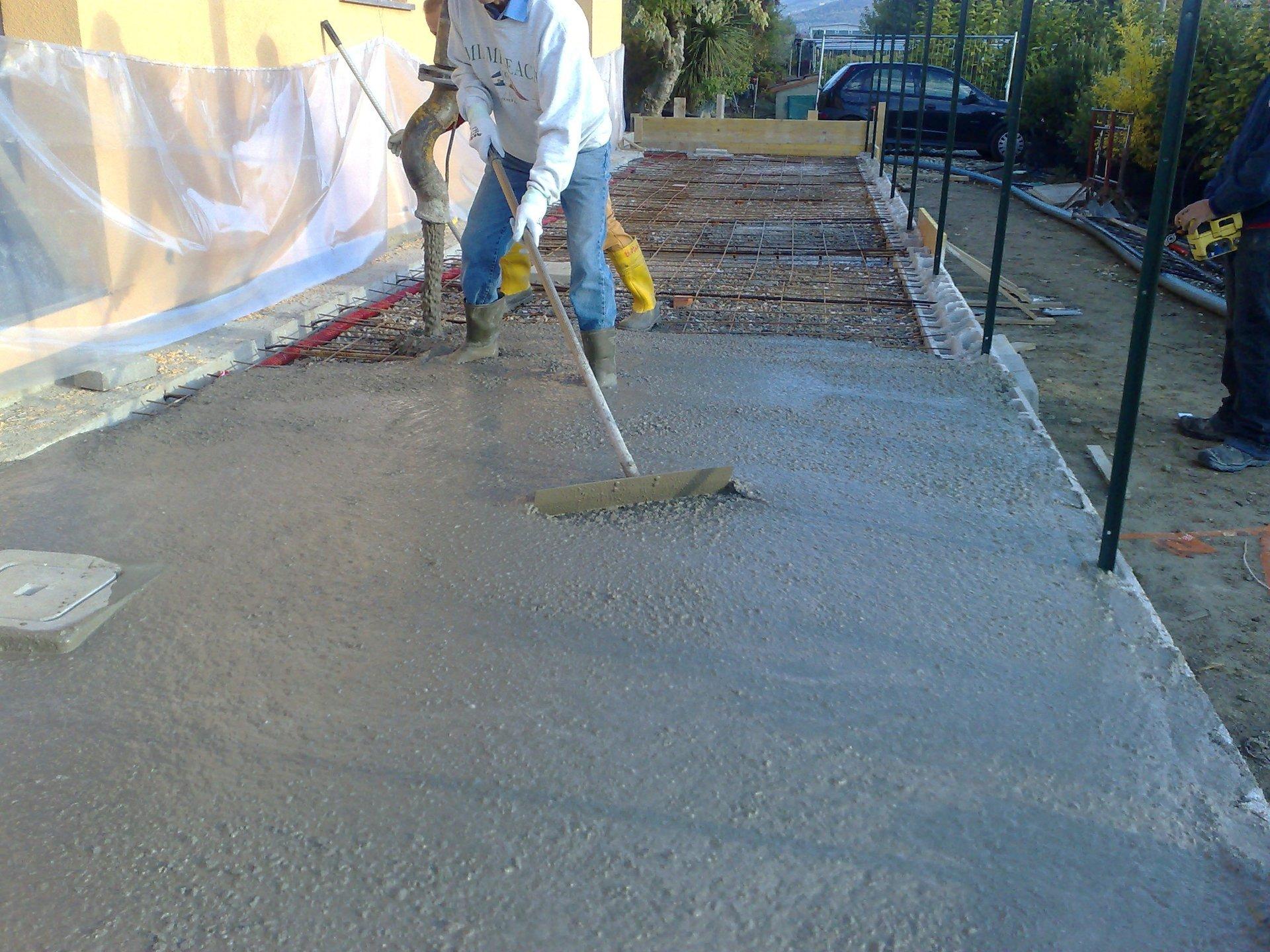 un operaio durante un lavoro d' asfaltazione