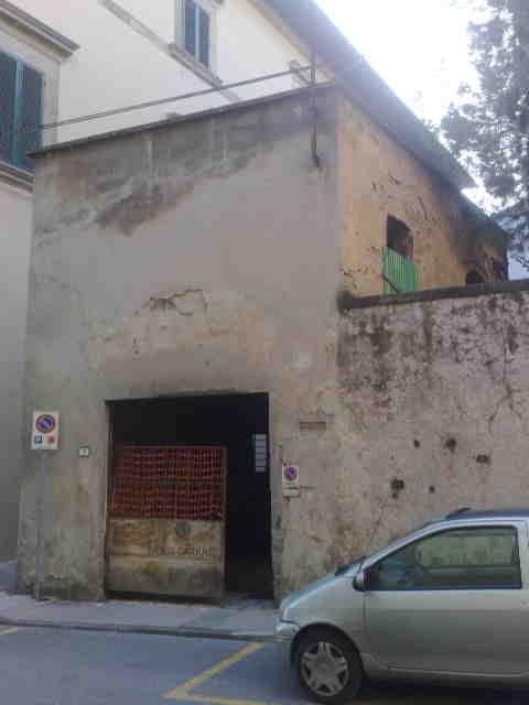 uno stabile con la facciata rovinata