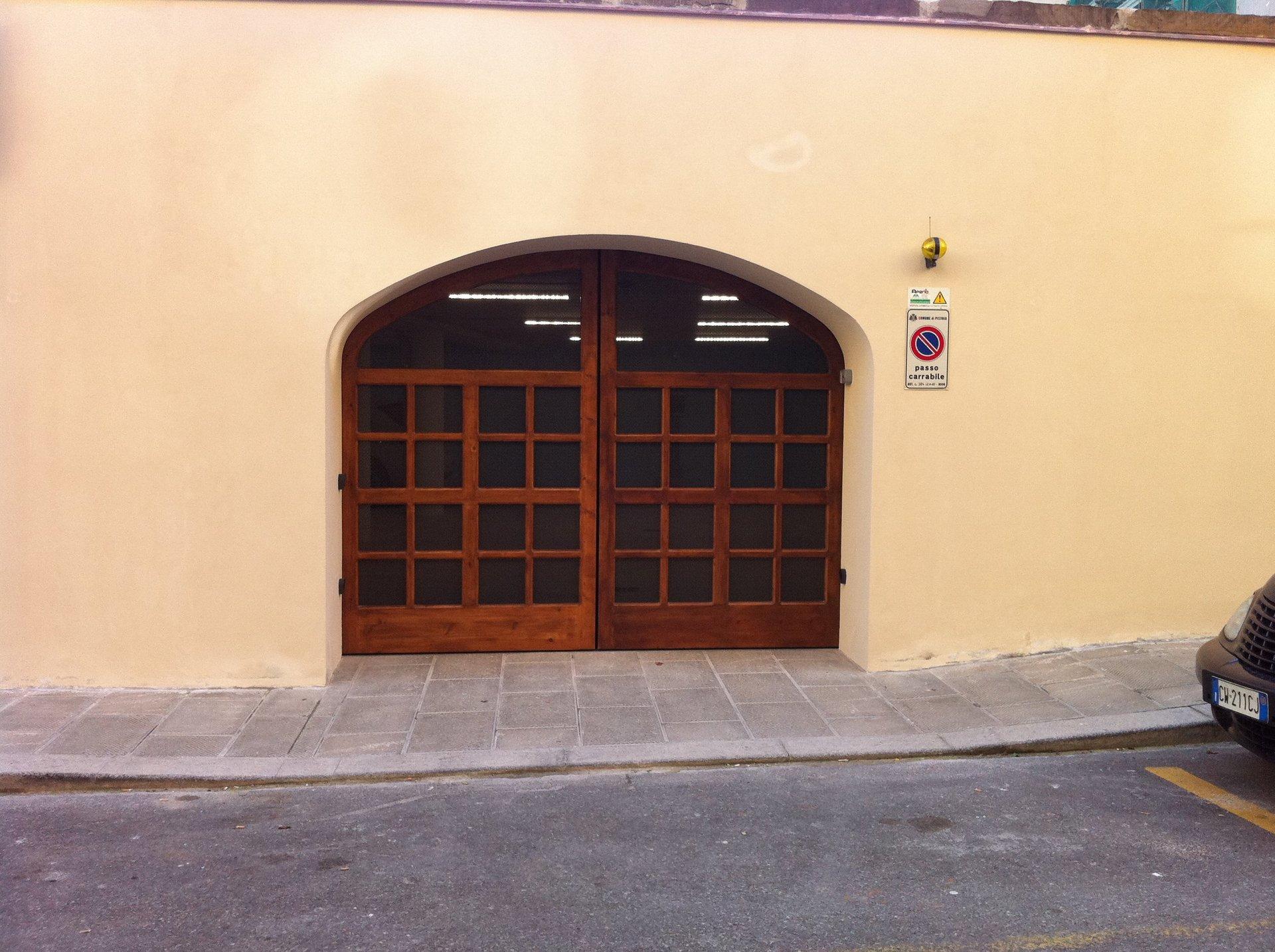 una porta ad arco in legno e vetri