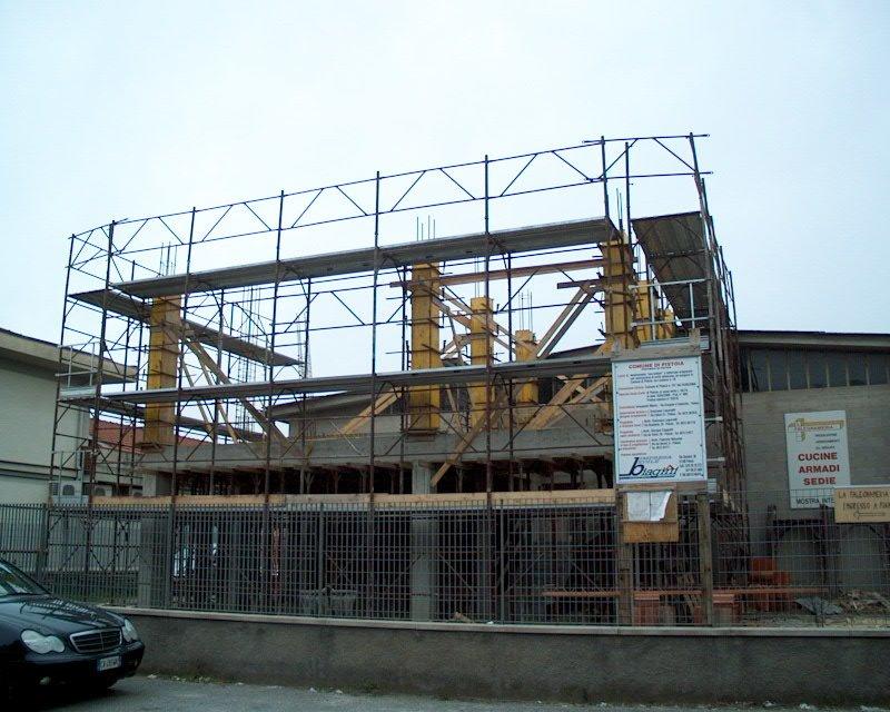 uno stabile in costruzione con davanti un ponteggio