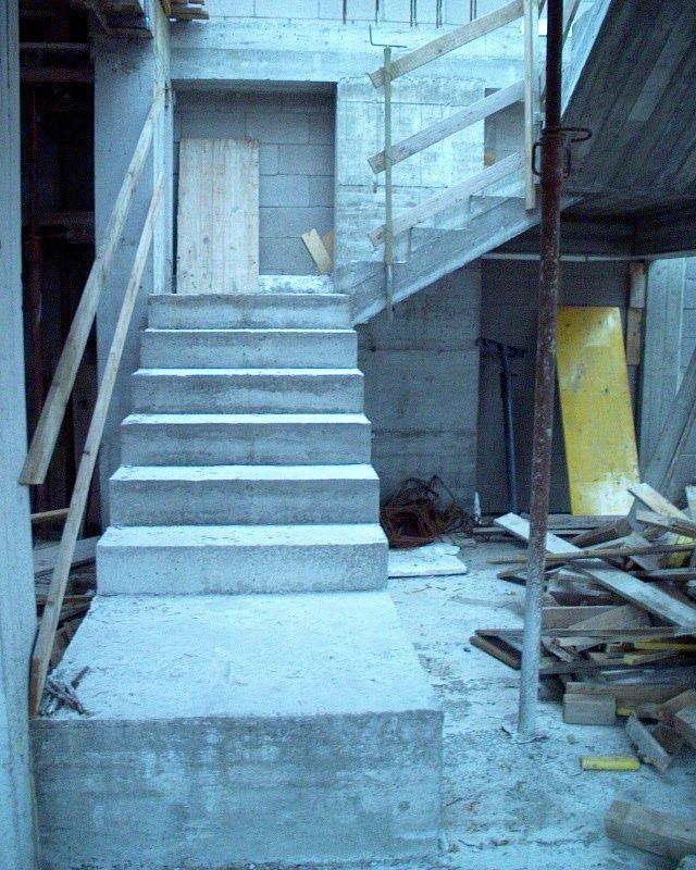 delle scale di un edificio in costruzione