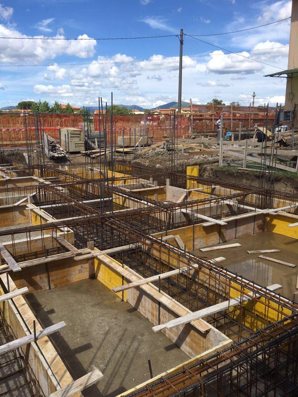 Delle fondamenta di un grosso edificio in costruzione