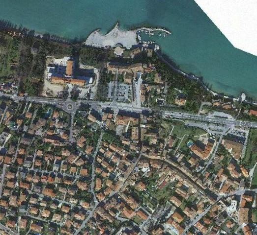 Vista di una città ripariale presa dall'aria dove si apprezzano tutti i dettagli da strade e giardini fino al pontile