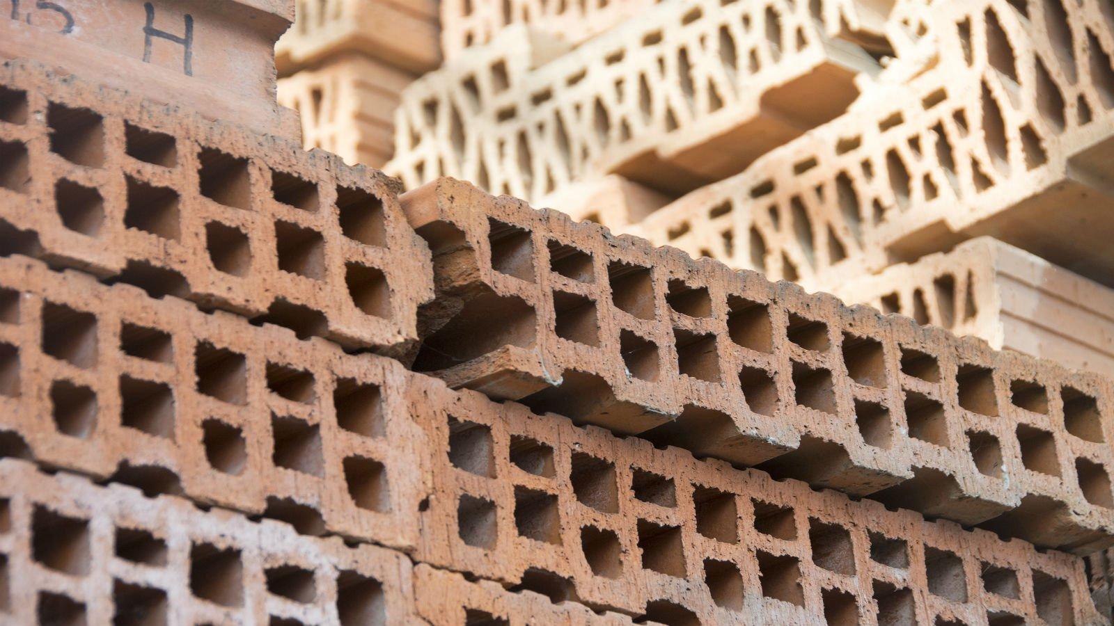 dei sacchi di materiale edile