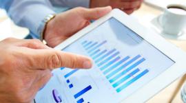 grafico digitale, tablet, indice che segna il livello di crescita