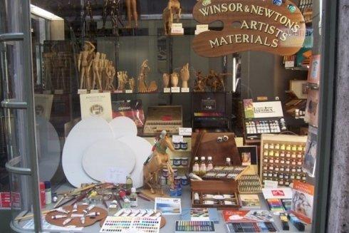 La vetrina del negozio FERRUA BELLE ARTI.