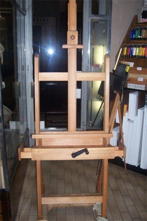 Cavalletto in legno per pittori.