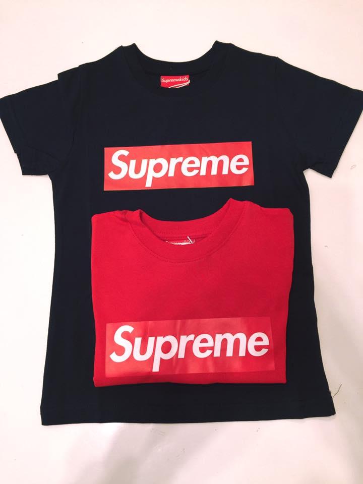 due magliette di color nero e rosso di Supreme
