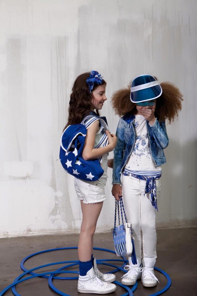 due bambine vestite in bianco e blu