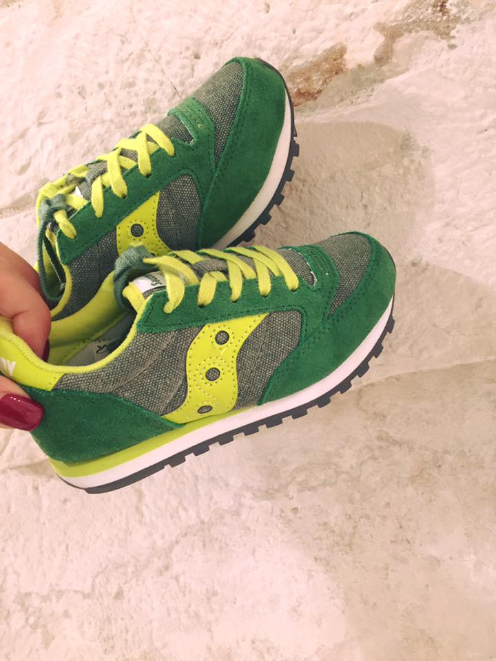 un paio di scarpe da tennis verdi e gialle
