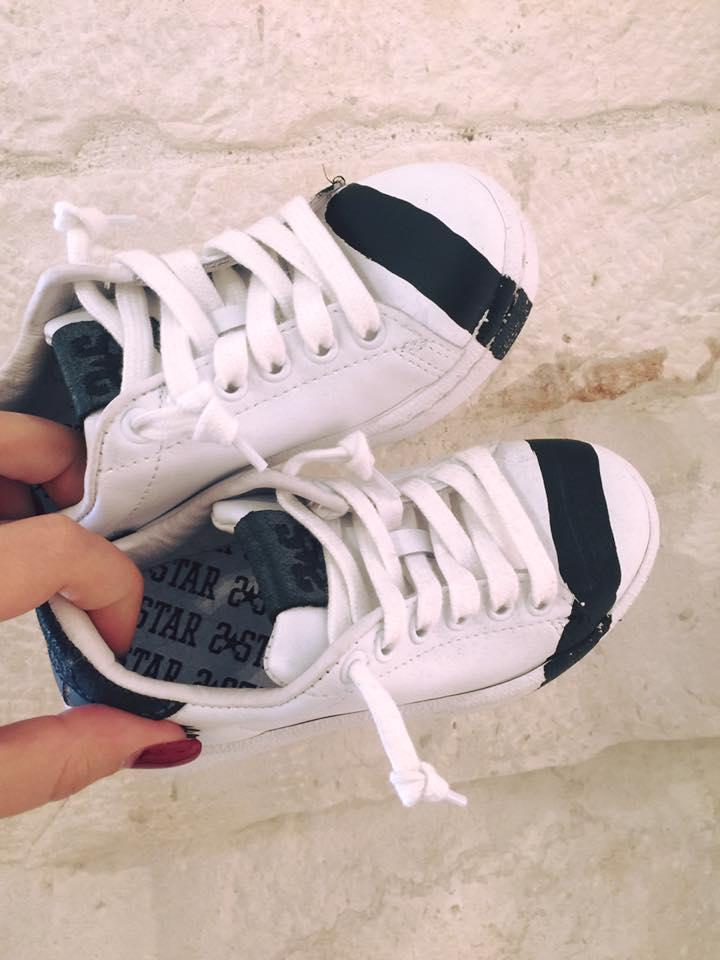 un paio di scarpe da tennis bianche