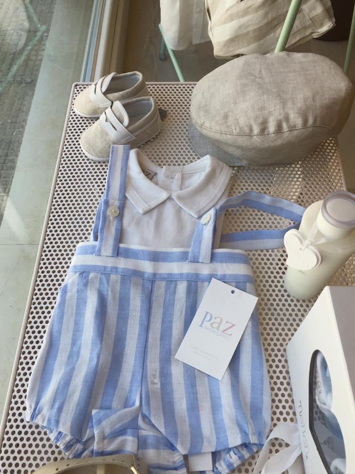 dei pantaloncini con bretelle di color bianco e azzurro e una maglietta grigia da bambino