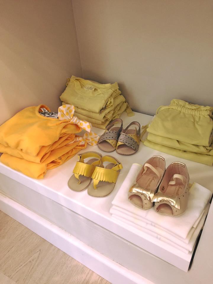 delle magliette di color giallo e arancione e dei sandali per bambini