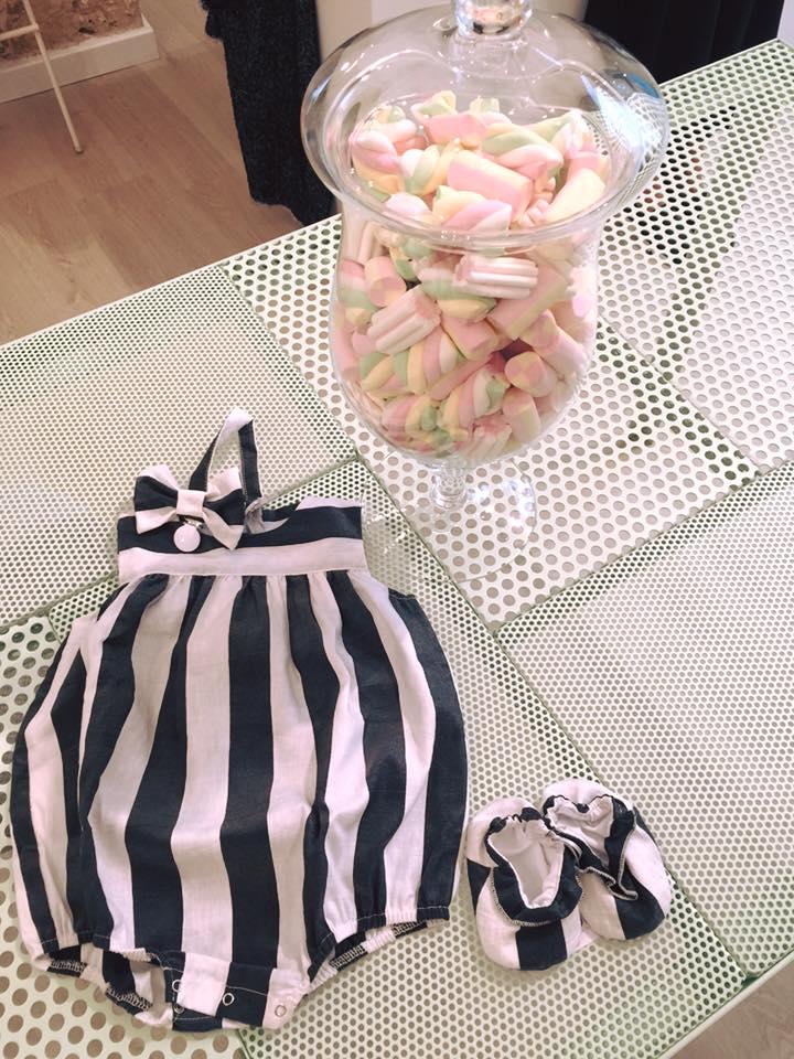 un vestito e delle scarpine da bambina a righe bianche e nere