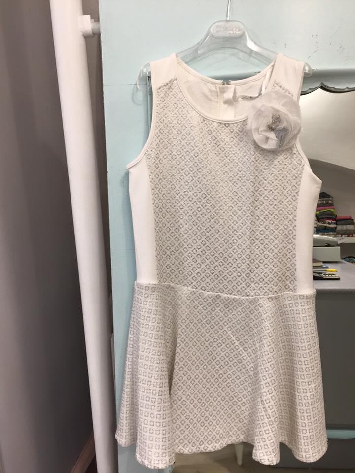 un abito di color bianco da bambina