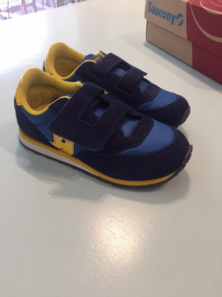 delle scarpe da bambino di color blu e giallo