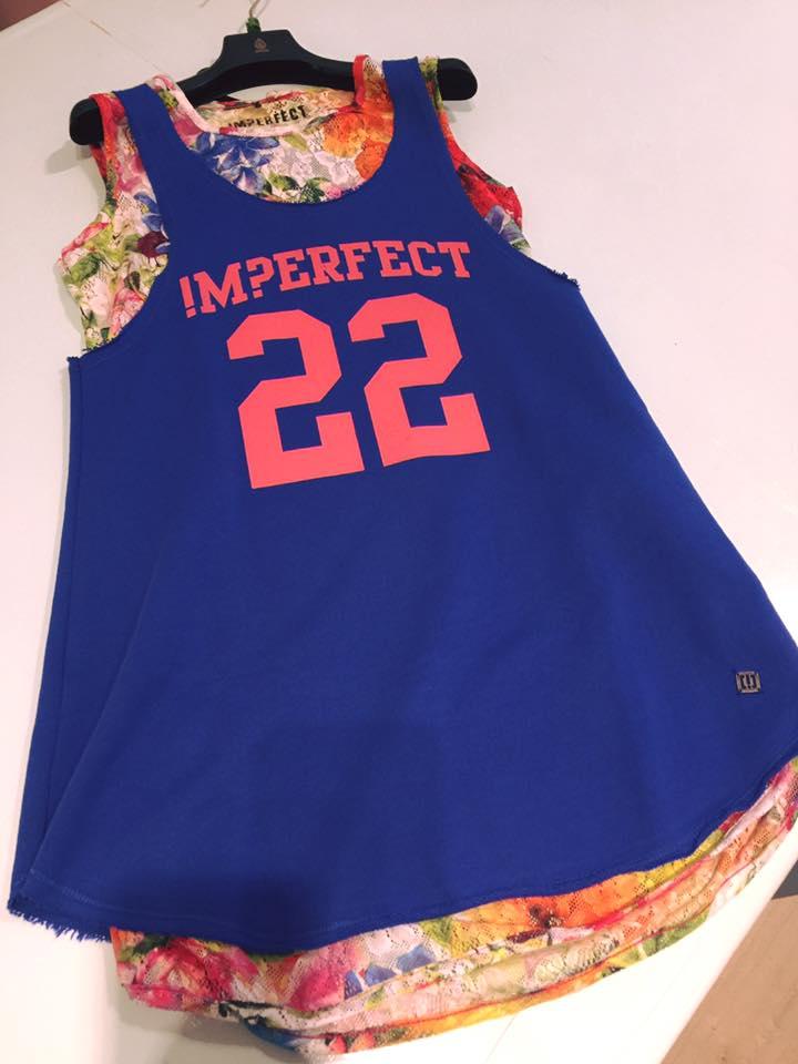 una maglia da bambina di color blu con sopra numero 22 e una scritta Imperfect