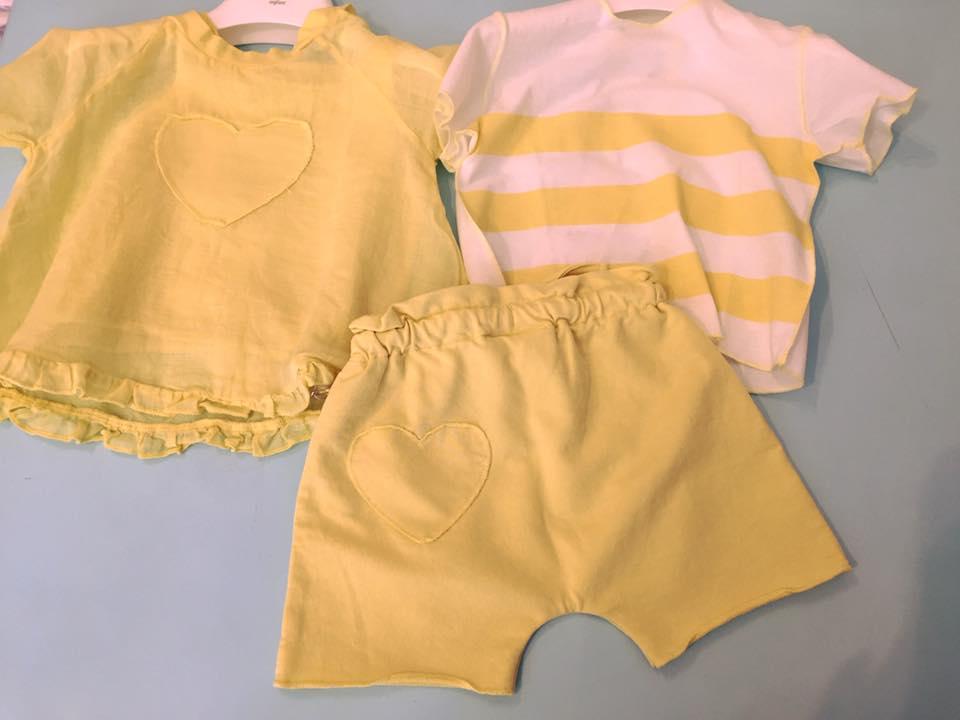 due maglie di color giallo e un paio di pantaloncini