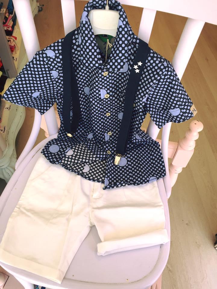 un paio di pantaloni di color bianco e una camicia con bretelle di color blu