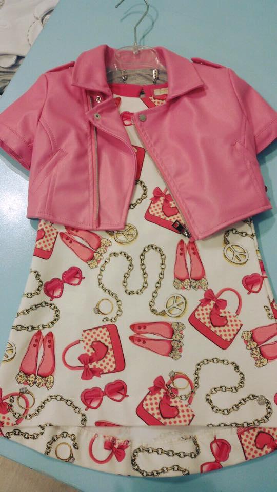 un abitino di color avorio con disegni e una giacchetta di pelle di color rosa