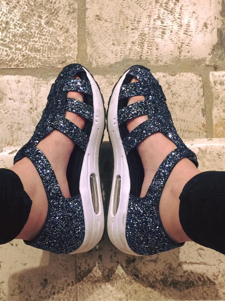 piedi di una donna con dei sandali di color blu