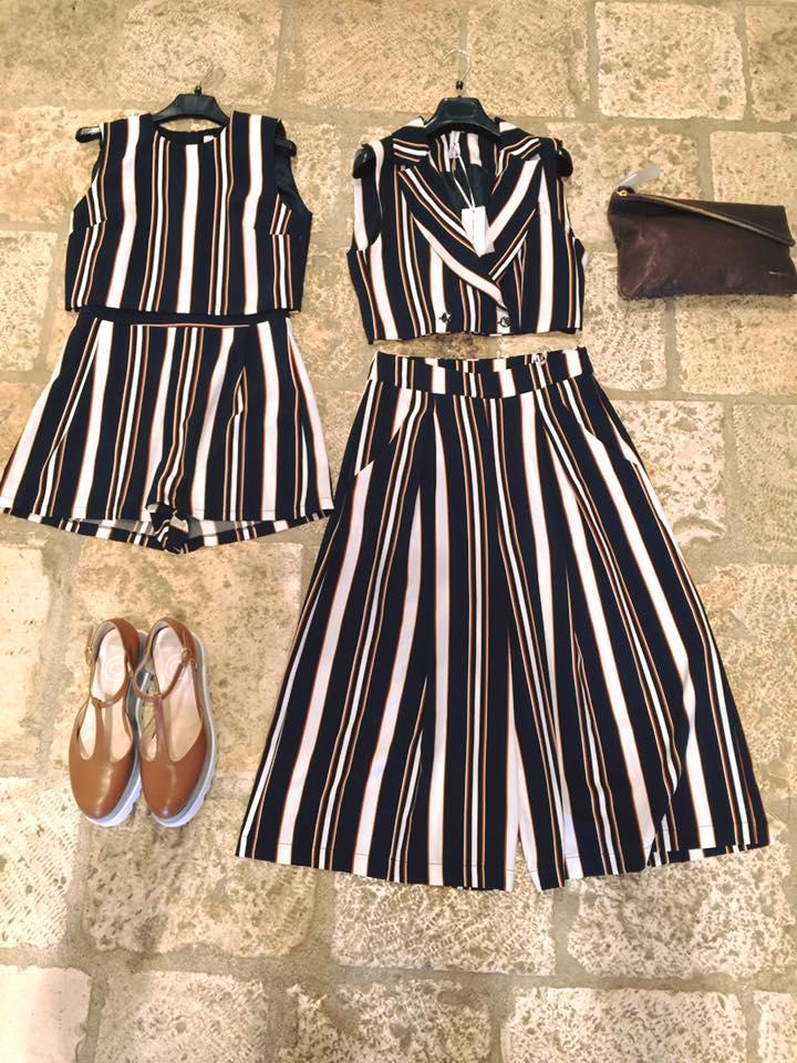 due completi da donna con pantaloncini e gonna e dei pantaloni a righe di color bianco e nero