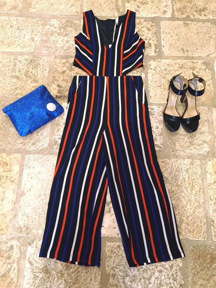 una tuta da donna a righe di color blu, arancione e nero