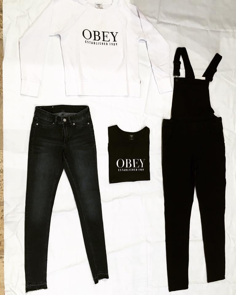 un paio di jeans,due magliette con scritte Obey e una tuta nera
