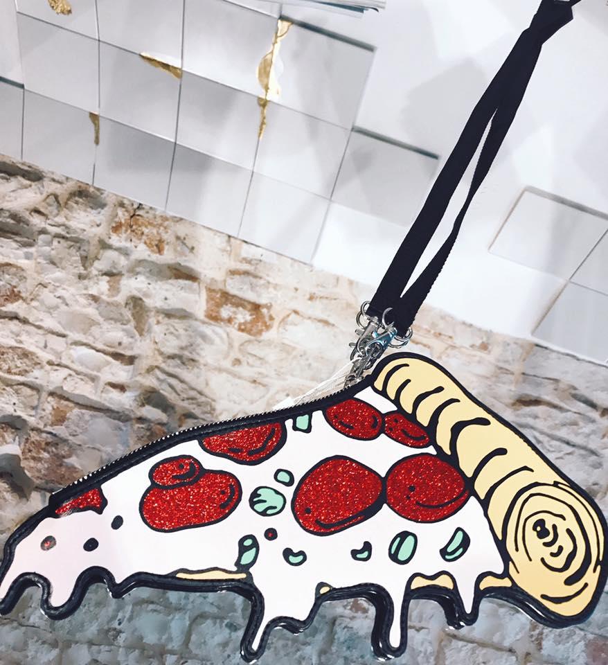 la foto di un pezzo di pizza