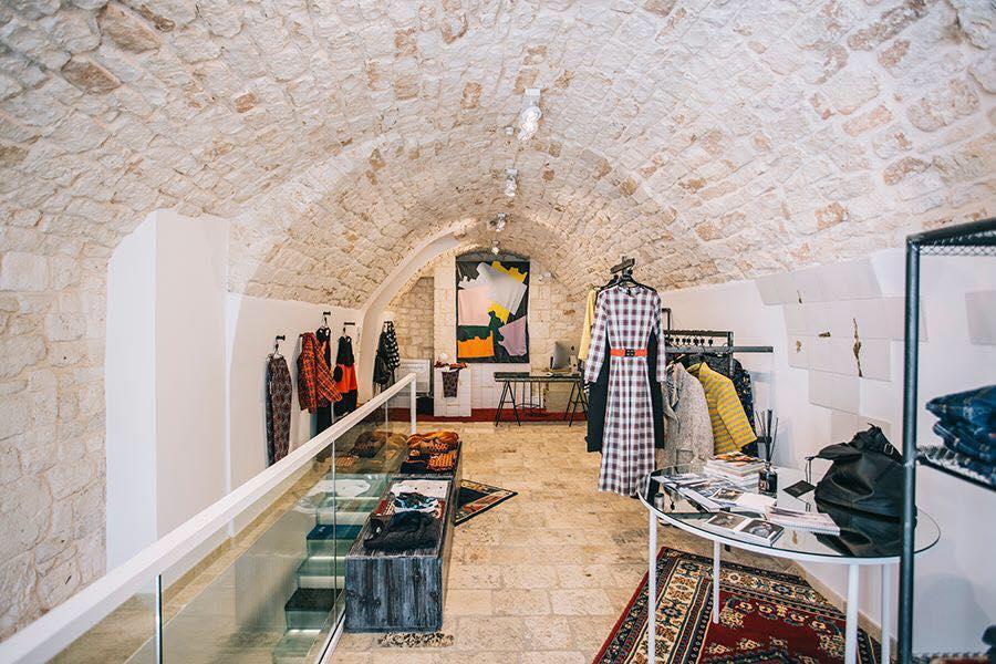 interno di una boutique con abiti da donna esposti