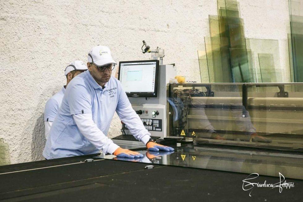 operaio durante la lavorazione di una vetrata