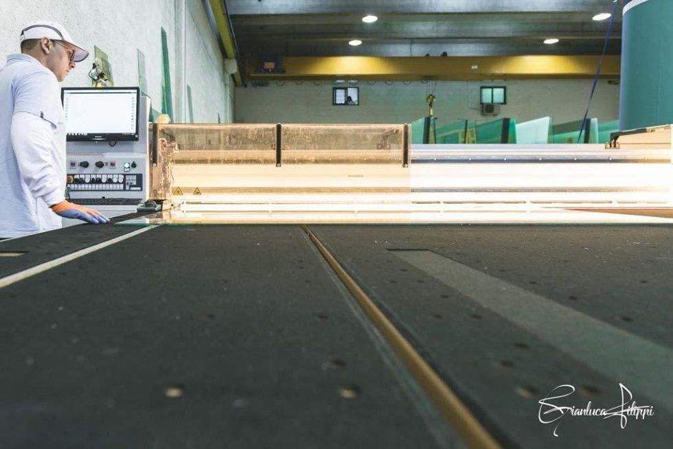 primo piano superficie macchina lavorazione vetro