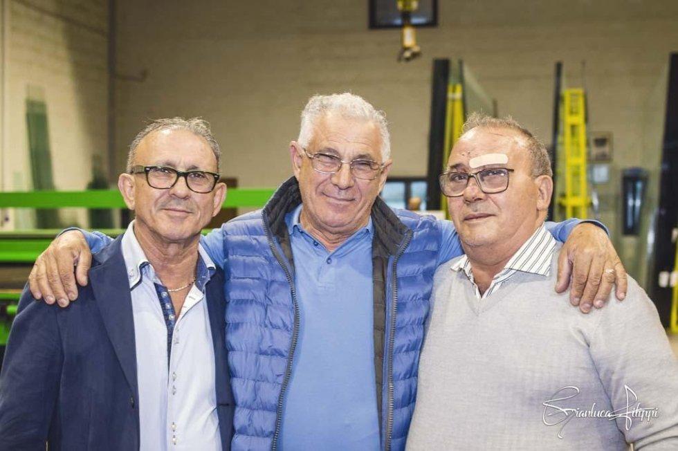 tre  persone dello staff VETROPOLIS in posa per una foto