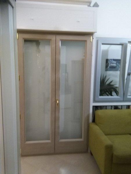 finestra appoggiata al muro