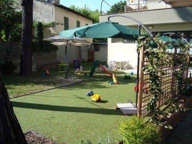 Nido d'infanzia con giardino