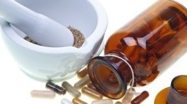 produzione medicinali naturali, produzione trattamenti naturali, erbe pestate in mortaio