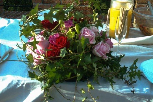centrotavola con edera e rose