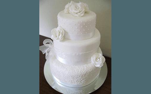 torta con rose bianche