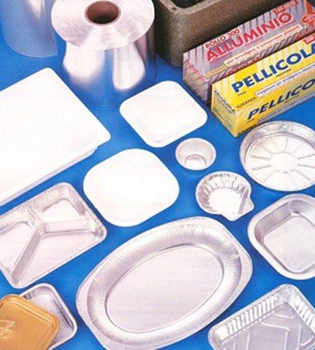 dei piatti e coppe di carta e alluminio