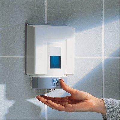 una mano che prende del sapone liquido da un dispenser