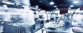 Cucina industriale con personale che lavora