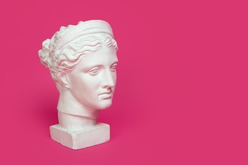 faccia di marmo su uno sfondo rosa