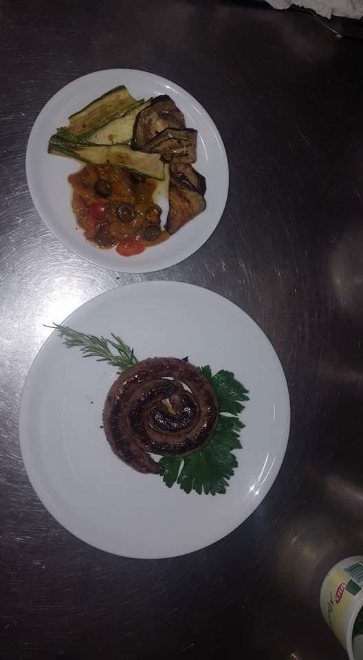 una piastra calda con due bistecche