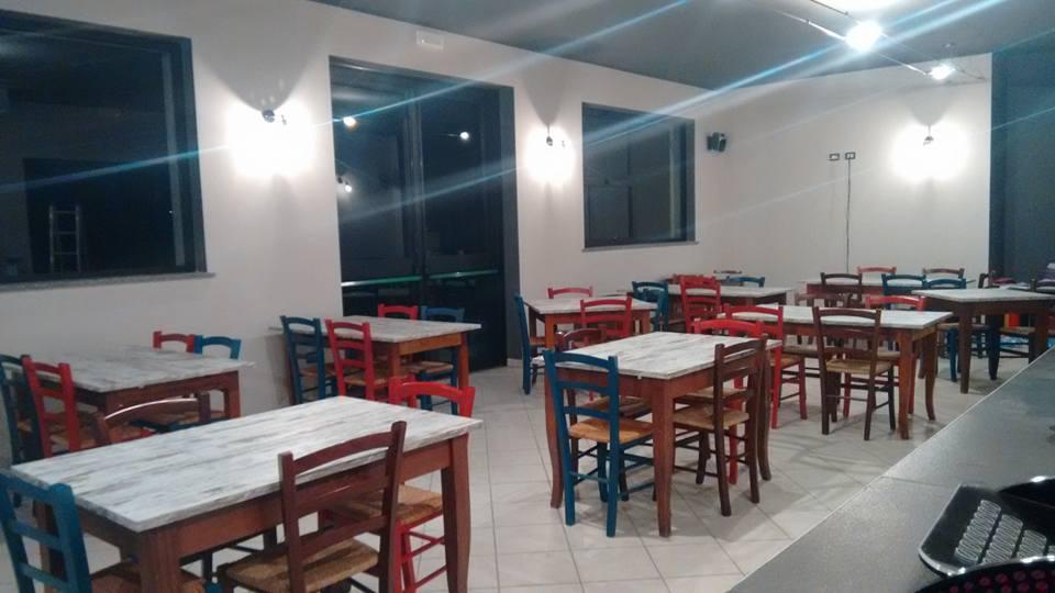 dei tavoli con le sedie di color blu e rosso