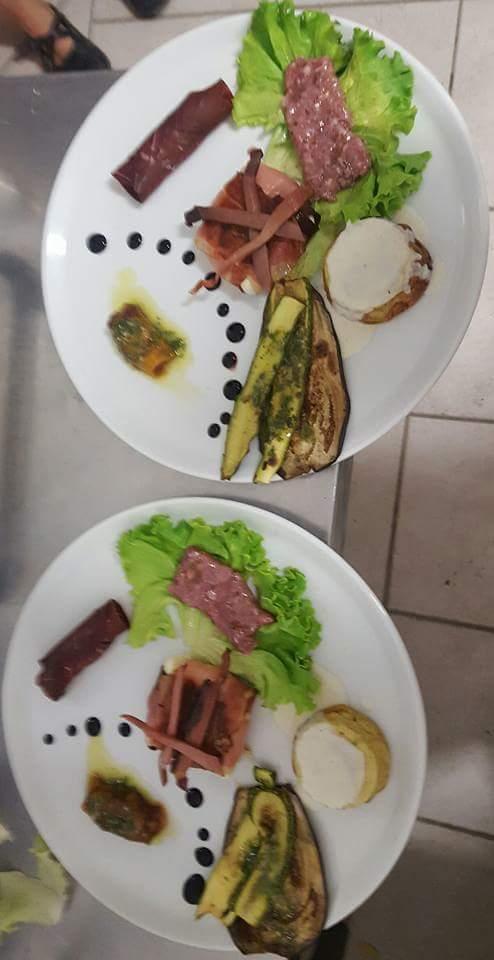 un piatto di salsiccia grigliata e contorno delle verdure