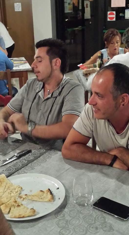 delle persone sedute a tavola